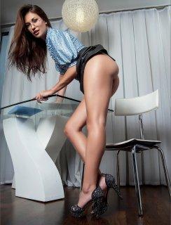 Красивые ноги секретарши без юбки