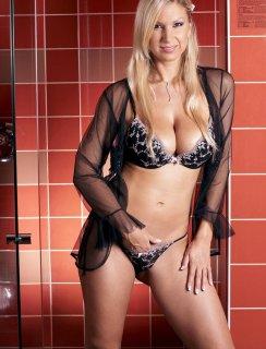 Мастурбация красивой блондинки в ночнушке