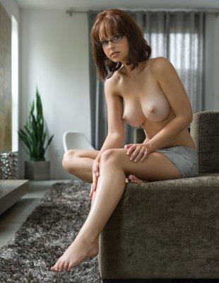 Секс-Арт фото девушки в очках с большими сиськами