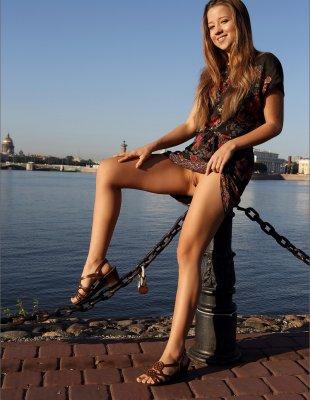 Девушка показывает пизду на пристани в России