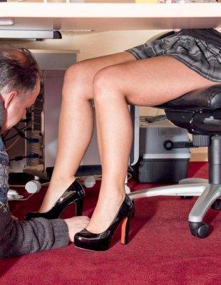 Пузатый начальник трахает молодую подчиненную
