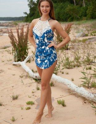 Эротический фотосет девушки на песчаном берегу