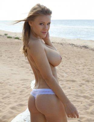 Девушка с большими сиськами на пляже