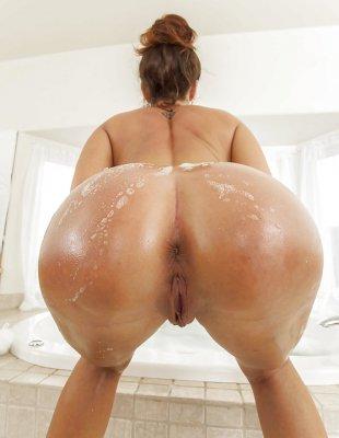 Большая попка в ванне с пеной