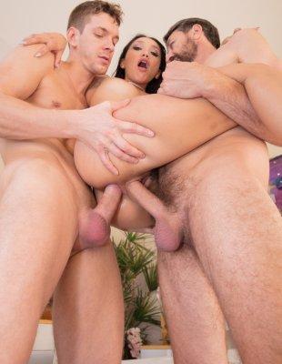 Секс в попку брюнетки с мужиками