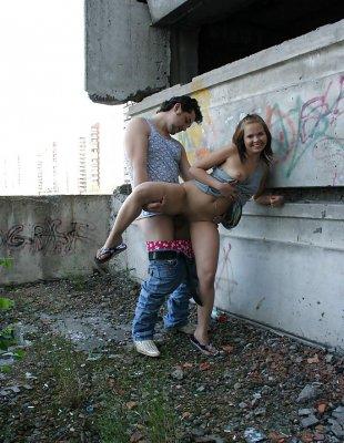 Секс на улице в заброшенном здании