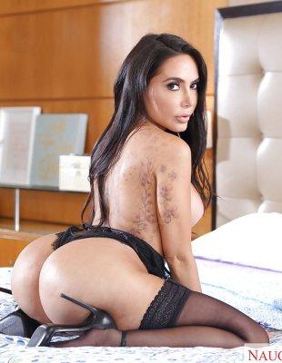 Сексуальная жена с большой задницей позирует в спальне