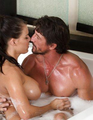 Красотка сделала массаж и отсосала член в ванной