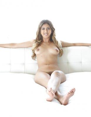 Латинка с натуральной грудью позирует дома