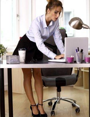 Секретарша устроила стриптиз на рабочем месте