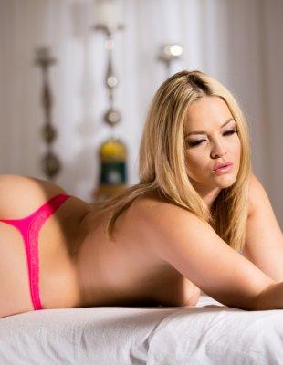 Блондинка с большой жопой позирует на столе
