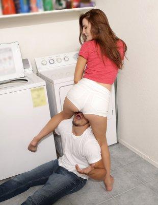 Трахает молодую на стиральной машинке