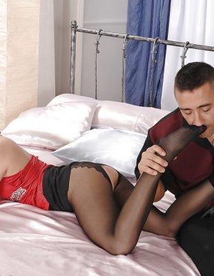 Фут фетиш и секс с блондинкой в черных колготках