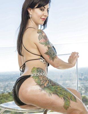 Татуированная брюнетка с выбритой мокрой киской
