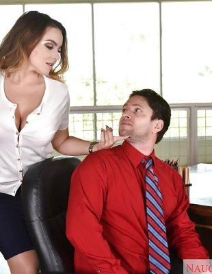 Кончает офисной шлюхе на грудь