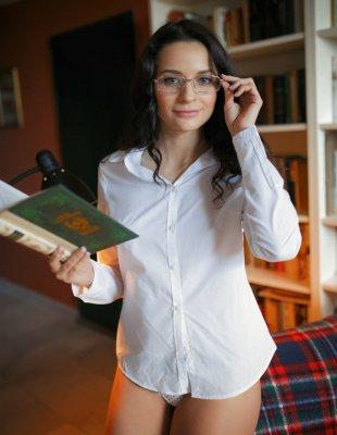 Похотливая библиотекарша в мужской рубашке