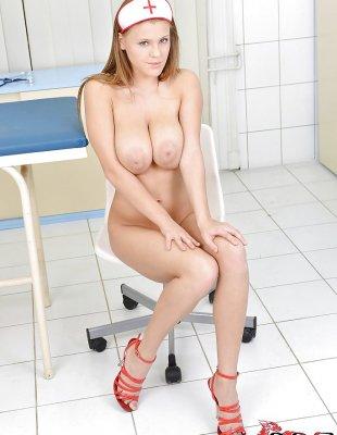 Голая медсестра с большими сиськами в больнице