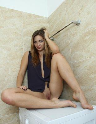 Пухлые половые губы длинноногой блондинки в ванной
