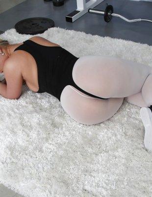 Очень большая жопа сексуальной блондинки