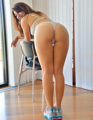 Худая красотка в шортах показала сиськи и голую задницу