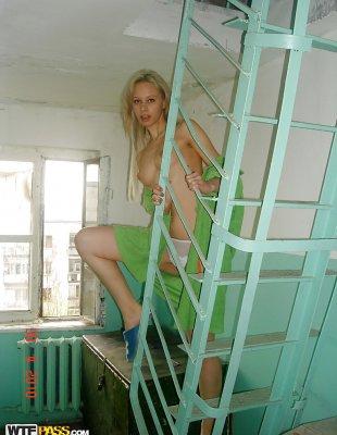 Голая блондинка в подъезде