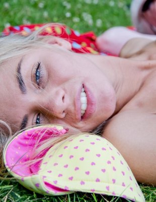 Нежная блондинка трахается на пикнике с озабоченным стариком