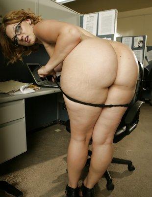 Полная рыжая баба прямо на работе мастурбирует бритую письку