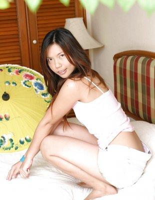 Игривая азиатка разминает пальчиками и самотыком волосатую дырку.