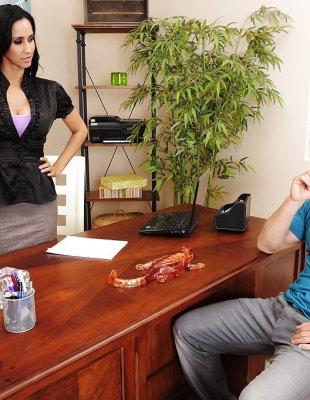 Латинская девушка соблазнила начальника и отдалась ему в кабинете