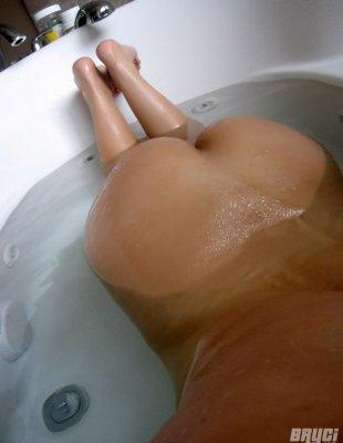 Порно селфи сисястой суки в ванной