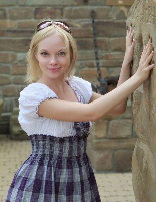 Голая блондинка с кудрявыми волосами