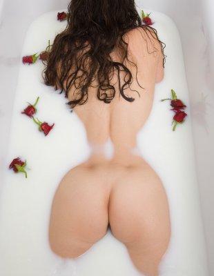 Девка с большими сиськами принимает ванну с молоком