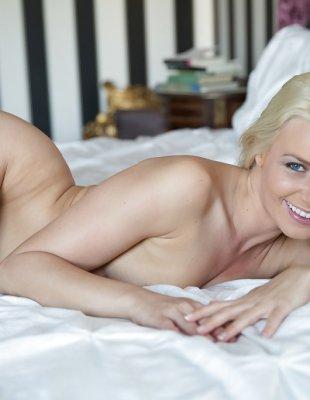Голая накаченная попка блондинки