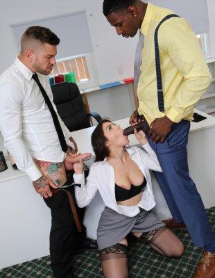 Трахают красивую секретаршу в обе дырки