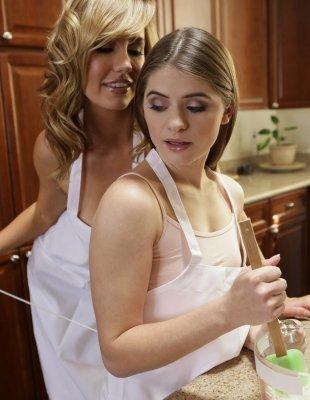 Трахает похотливую мамку и её 18 летнюю дочь на кухне