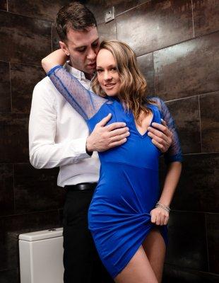 Кончают в жопу девушке в туалете бара