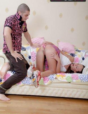 Наполняет спермой попку своей подруги в юбке