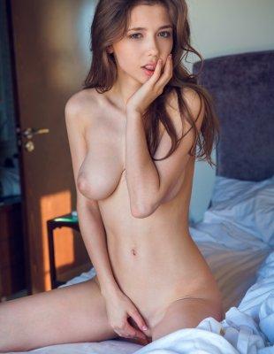 Красотка снимает трусы лежа в кровати