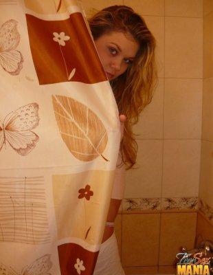 Бухая сосет в туалете а её в это время фоткают