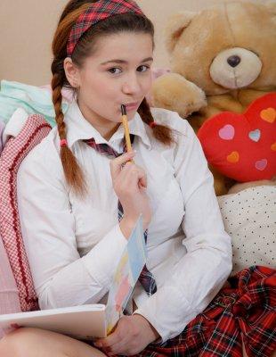 Студентка трахает себя мамкиным вибратором