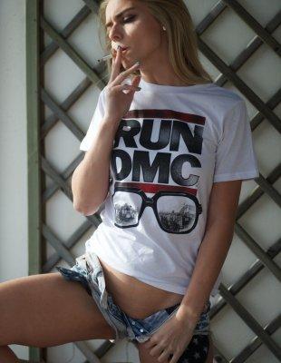 Курящая девушка с голой пиздой в шикарной позе