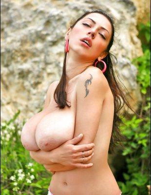 Аня с очень большими сиськами