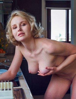 Сексуальная мамка без трусов на кухне