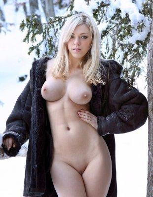 Блондинка с большими сиськами голая в лесу