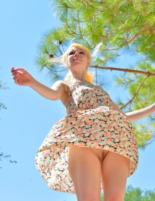 Голая киска под платьем на улице