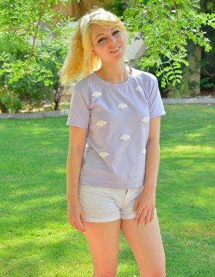 Соседка блондинка ходит голая по двору