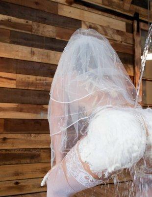 Трахает невесту в зад