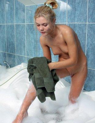 Одинокая блондинка мастурбирует в ванной